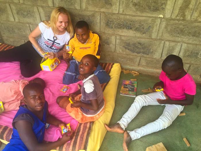 Baka Marijana Janeković poslala nam je Podravka slatkiše u Afriku, u Mali dom, stigli su Linolada, Lino keksi, krekeri
