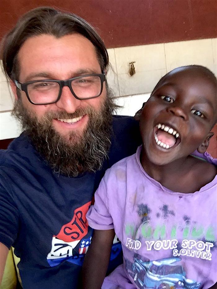 Fra Miro Babić i četvorogodišnji Shadrack Kipkurui koji je upravo stigao u Mali dom